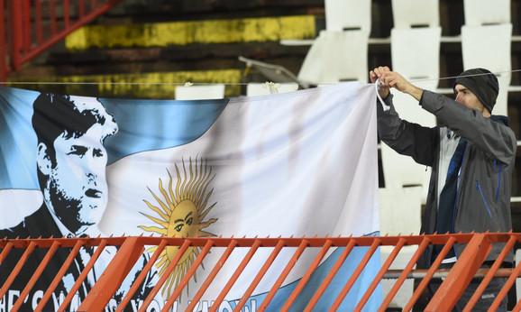 NAvijač Totenhema sa zastavom na kojoj je trener Maurisio Poketino