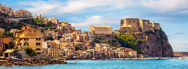 3. miejsce: Sycylia – jest największą wyspą na Morzu Śródziemnym. To na Sycylii znajduje się wulkan Etna. Niezwykły urok wyspy przyciąga co roku turystów, którzy są spragnieni zarówno licznych atrakcji turystycznych, jak i wymarzonej, słonecznej pogody.