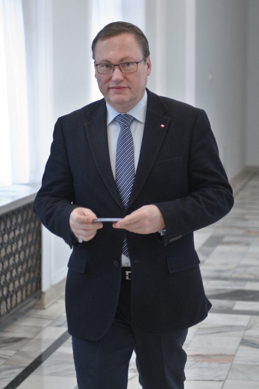 Senator ma na kocie kilkadziesiąt mln złotych.