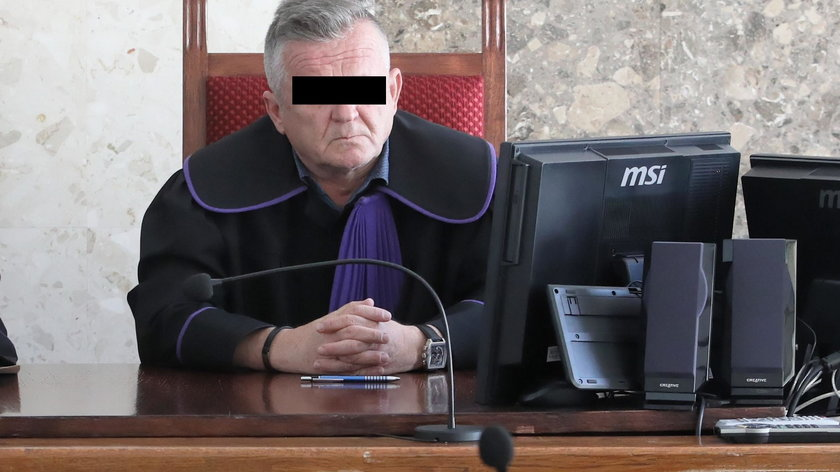 Sędzia-pijak bierze pełną pensję