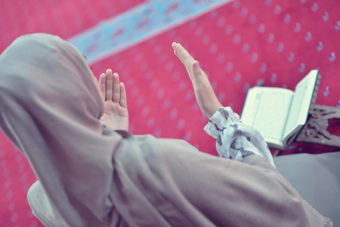 Žena se moli u džamiji (ilustracija)