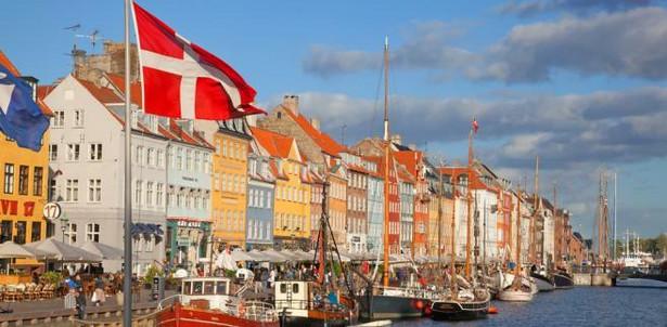 Kopenhaga W stolicy Królestwa Danii, Kopenhadze, miejsc wartych zobaczenia jest bardzo wiele: zabytki sakralne, pałace i muzea. Spacer po starym mieście w południe połączony z posiłkiem lub kawą to pewna i sprawdzona metoda na miły nastrój. Wśród bardzo wielu miejsc warto zwrócić uwagę na ogrody Tivoli - położony w centrum Kopenhagi park rozrywki i ogród. Otwarty 15 sierpnia 1843, jest drugim pod względem wieku parkiem rozrywki świata, po Dyrehavsbakken, znajdującym się w pobliskim Klampenborg. Obecnie Tivoli jest najczęściej odwiedzanym parkiem rozrywki w Skandynawii, oraz trzecim najczęściej odwiedzanym w Europie.