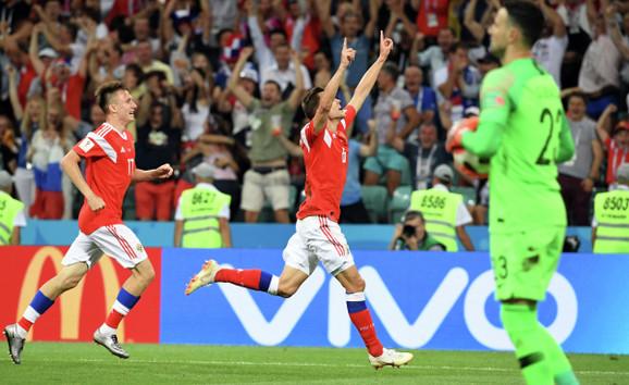 Denis Čerišev slavi gol za 1:0 protiv Hrvatske