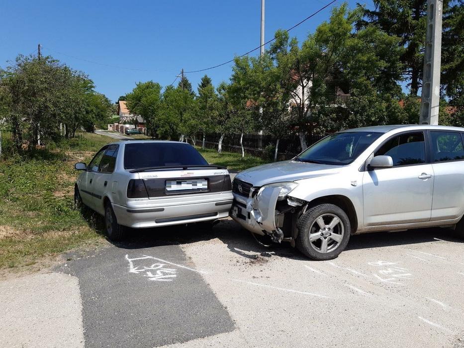 A zongoraművésznő hiába fékezett, autójával (jobbra) nekiment a kereszteződésbe szabálytalanul érkező Suzukinak