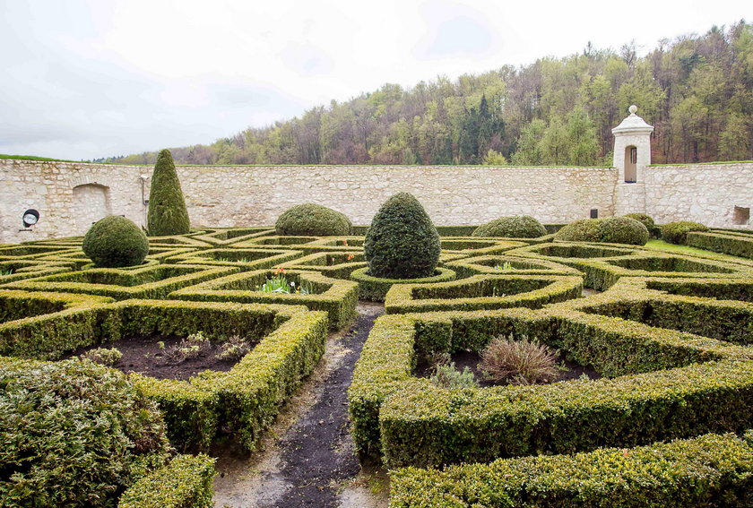 Żeby wejść do pałacowych ogrodów trzeba przejść przez podziemia