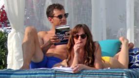 Jamie Dornan masuje Dakotę Johnson na plaży! Czyżby mieli romans nie tylko w filmie?