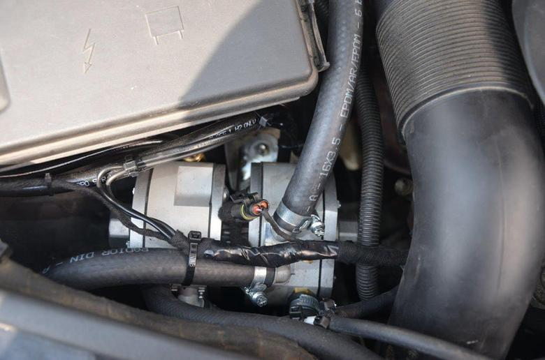 Pod maskę Mercedesa GL 450 trafił komputer Zenit Pro OBD sterujący pracą instalacji LPG, dwa reduktory Silver, oraz wtryskiwacze Hana.