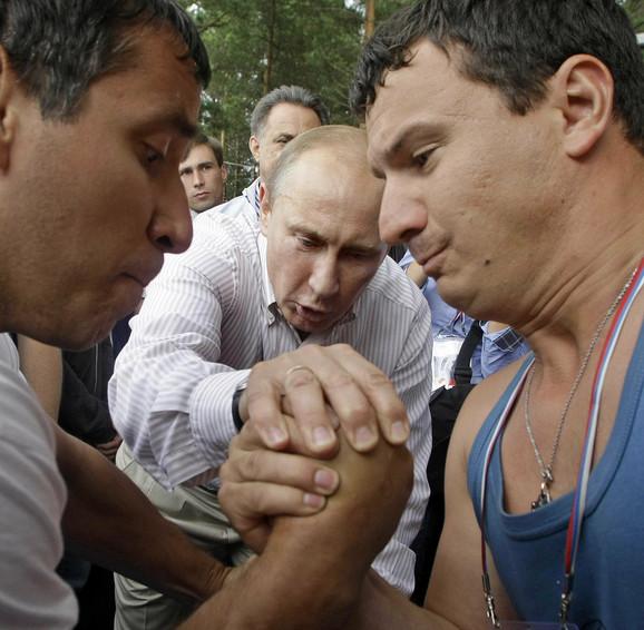 Putin u posesti letnjem kampu koji organizuju