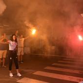 """LUDNICA NA AERODROMU """"NIKOLA TESLA""""! Kad Milica Mandić i Tijana Bogdanović uz baklje slave olimpijske medalje! /VIDEO/"""