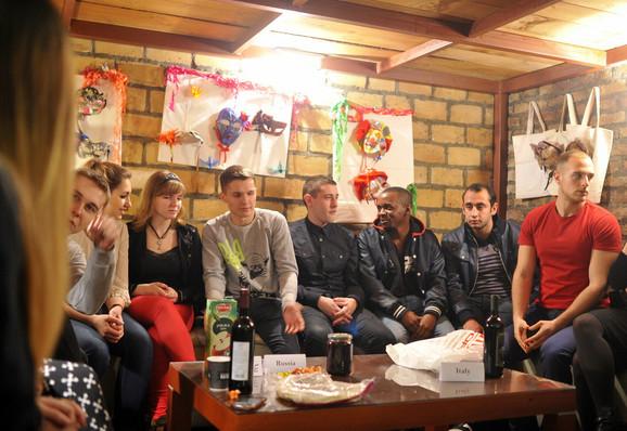 Zajedno : Ukrajinci, Rusi, Italijani, Šveđani...