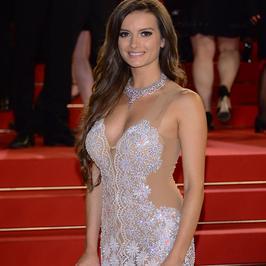 Cannes 2017: Natalia Janoszek w białej sukni na czerwonym dywanie. Piękna kreacja!