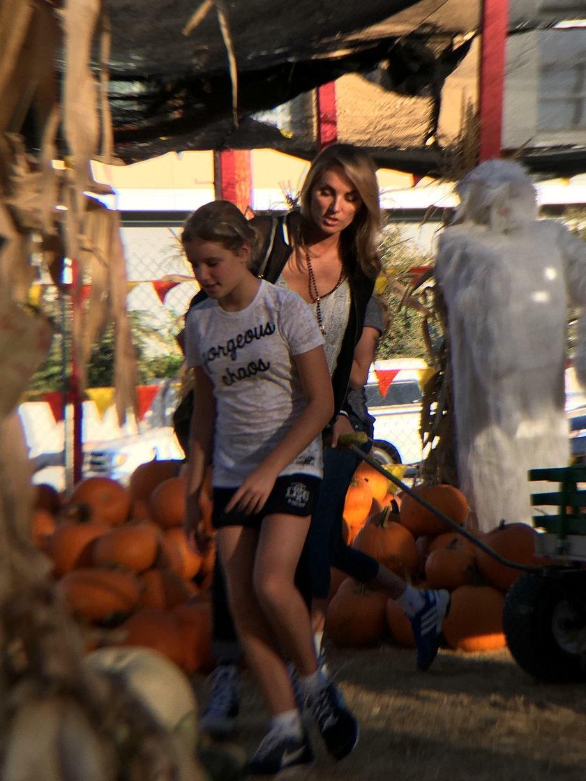 Eva Halina Rich i jej 11-letnie bliźniaczki Daisy i Lilly przygotowują siędo Halloween