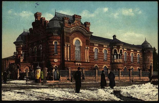 Muzeum w Irkucku (obecnie Muzeum Krajoznawcze Obwodu Irkuckiego) od 1854 roku mieściło Syberyjski Oddział Rosyjskiego Towarzystwa Geograficznego, z którym współpracowali między innymi Aleksander Czekanowski, Jan Czerski i Benedykt Dybowski, grafika sprzed 1917 roku