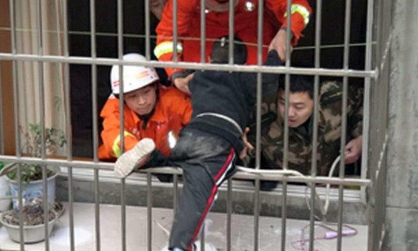 Chińczyk utknął w kracie