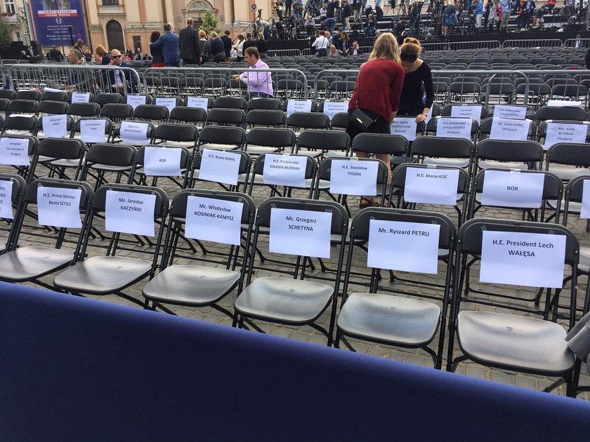 Tak oznaczono krzesła przed wystąpieniem Donalda Trumpa