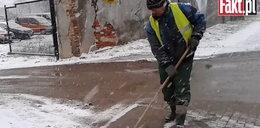 Robotnicy czyszczą wyjazd z budowy!