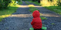Pięciolatek szedł sam o 5 rano. Matka nie zauważyła, że wyszedł