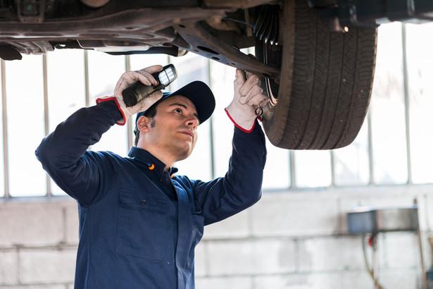 Projektowana ustawa wprowadza wymóg, by przedsiębiorcy prowadzący stacje kontroli pojazdów zatrudniali osoby posiadające świadectwo kompetencji diagnosty oraz prowadzili rejestr przeprowadzonych badań technicznych pojazdów