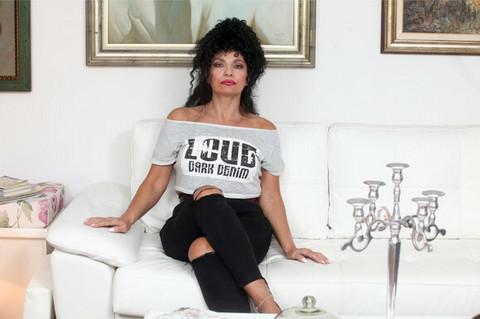 Uveliko gazi šestu deceniju: Lidija Vukićević uradila stoj na rukama u kupaćem! FOTO