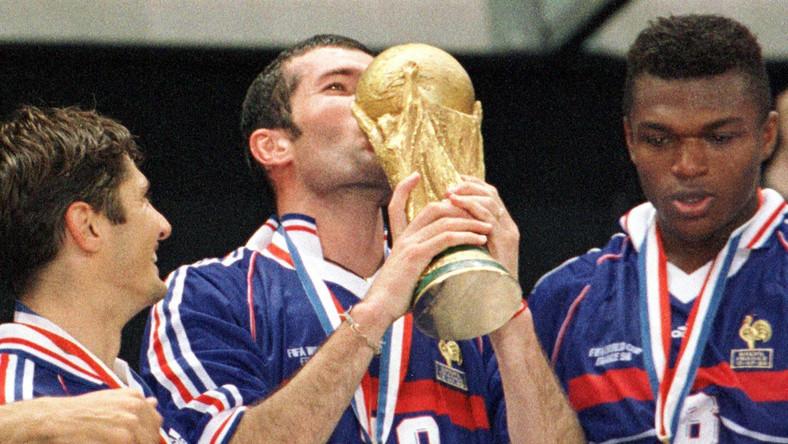 Zinedine Zidane całujący trofeum po wygranej 3:0 z Brazylią w finale mistrzostw świata w 1998 roku