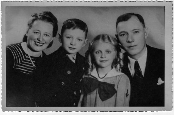 Ema sa roditeljima i bratom 1939. godine