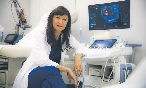 Marzena Dębska dr hab. n. med., specjalistka w zakresie położnictwa, ginekologii i perinatologii. Jedyny w Polsce położnik, który wykonuje operacje na sercach płodów