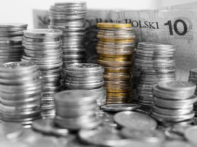 Pod koniec roku będzie trudniej o kredyt konsumpcyjny oraz o kredyt długoterminowy dla MŚP, wynika z raportu NBP