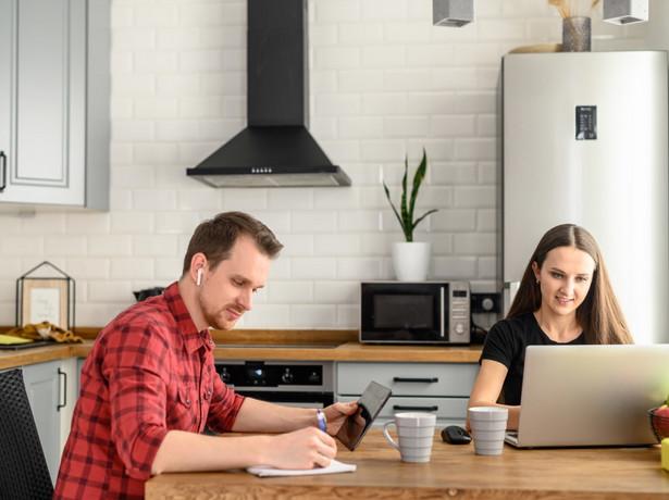 Do pracownika przebywającego za granicą mogą mieć zastosowanie lokalne przepisy prawa pracy, np. dotyczące limitu czasu pracy czy ochrony przed zwolnieniem