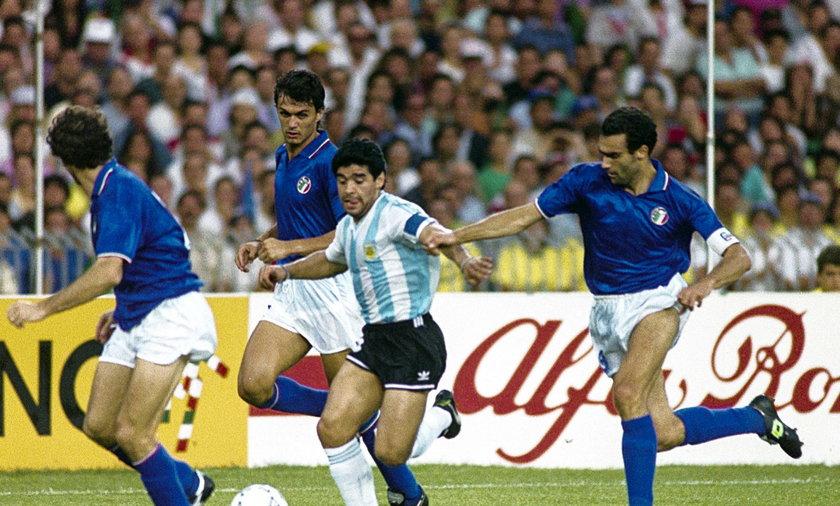 Diego Maradona (z piłką)