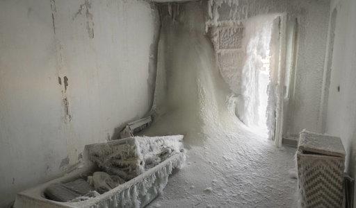 I to jest zima! Siarczyste mrozy w Rosji. Mieszkania skute lodem. ZDJĘCIA jak z horroru