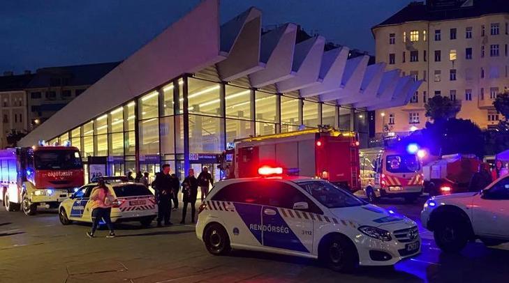 A Széll Kálmán téri megállót rendőrök és tűzoltók lepték el hétfő este, de a metró alá ugró lányon már nem lehetett segíteni / Fotó: Blikk