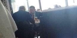 Politycy PO w bistro przy piwie przed głosowaniami w Sejmie. ZDJĘCIA