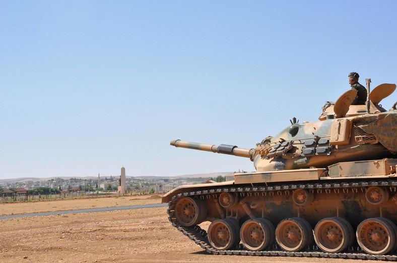 Tureckie wojska ostrzeliwujące cele w Syrii