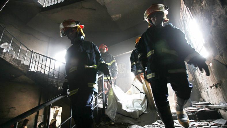 Ponad 120 ludzi zginęło w pożarze fabryki tekstyliów na przedmieściach stolicy Bangladeszu