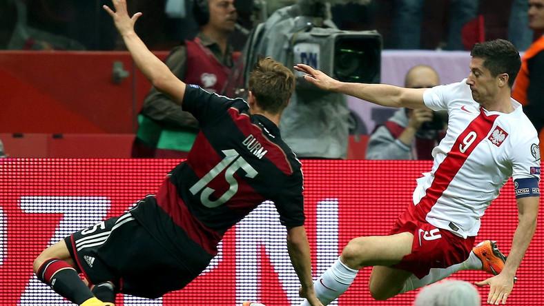 Polak Robert Lewandowski (P) walczy o piłkę z Niemcem Erikiem Drumem (L) podczas meczu eliminacyjnego mistrzostw Europy w Warszawie