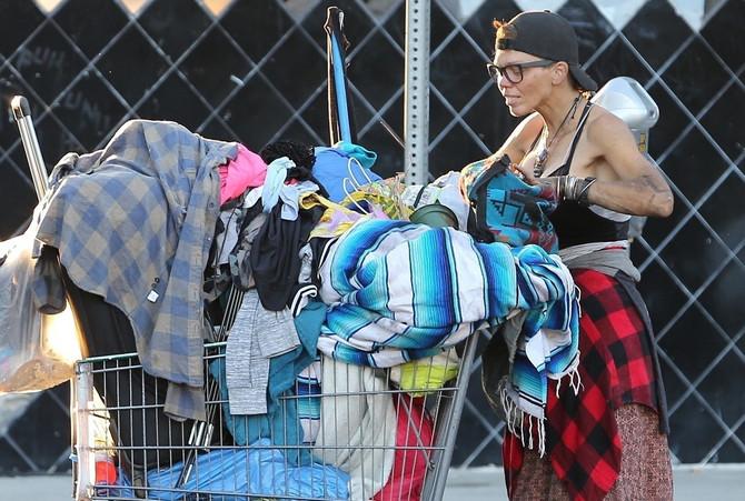 Loni kopa po kantama za smeće u potrazi za garderobom