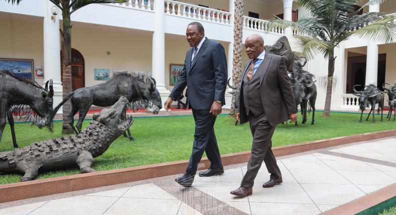 Kenyan  President Uhuru Kenyatta (L) with former Prime Minister of Lesotho Thomas Thabane in 2019.