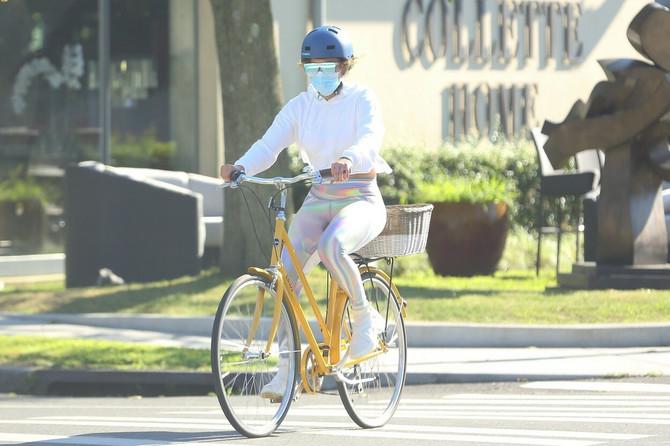 Dženifer Lopez redovno vozi bicikl i pritom vodi računa o zaštiti noseći masku