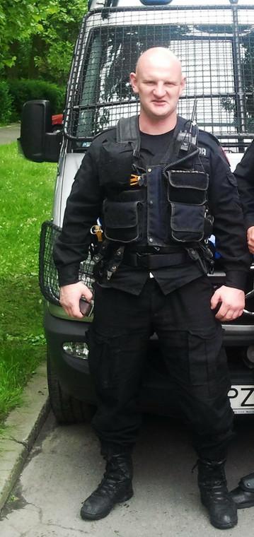 spotyka się z policjantem w Wielkiej Brytanii