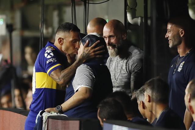 Poljubac Teveza i Maradone