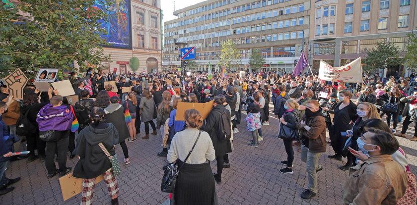 Czarny protest w Łodzi przed PiS i katedrą