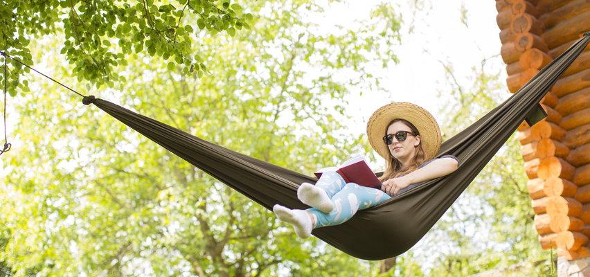 Zrelaksuj się w swoim ogrodzie – modne hamaki za grosze