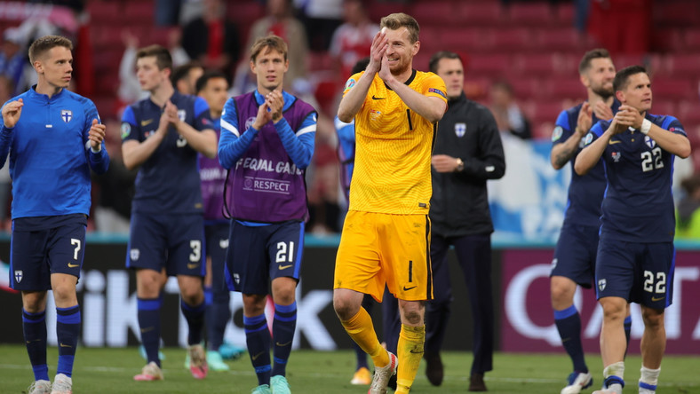 Bramkarz Finlandii Lukas Hradecky (C) i inni fińscy piłkarze po spotkaniu z Danią
