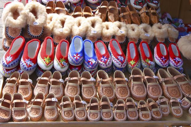 Stoisko z regionalnym obuwiem w Zakopanem