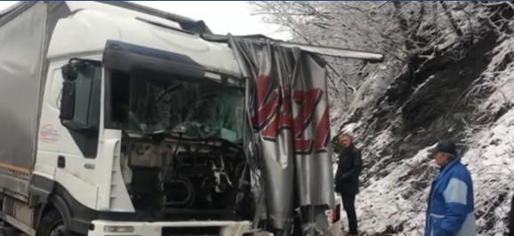Prednja strana jednog od kamiona je potpuno smrskana