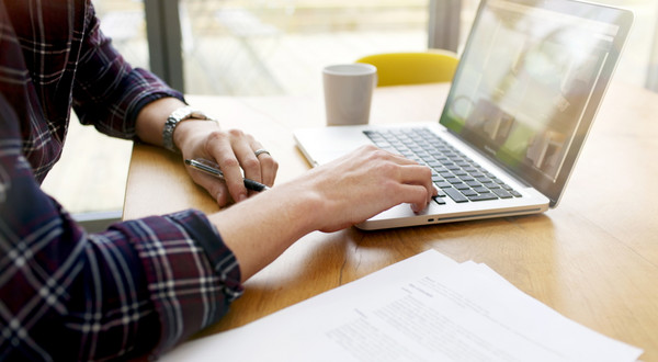 W pandemii ze względu na dystans społeczny i częste korzystanie z internetu w domu znacząco wzrosła preferencja komputerów przenośnych w stosunku do smartfonów