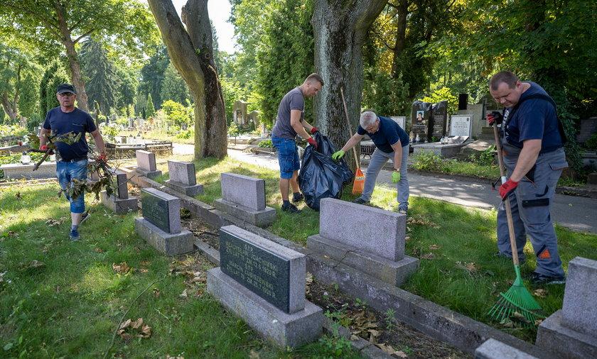 Trwają porządki na Starym Cmentarzu w Łodzi. Do akcji włączyli się pracownicy muzeum