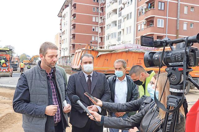 Na kompleksu od oko 10 hektara, sprovodi se izgradnja devet stambenih lamela stanova za pripadnike snaga bezbednosti
