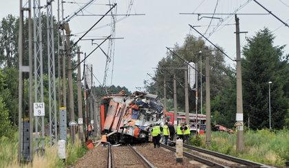 Tragiczny wypadek w Daleszewie. Ciężarówka wjechała pod pociąg