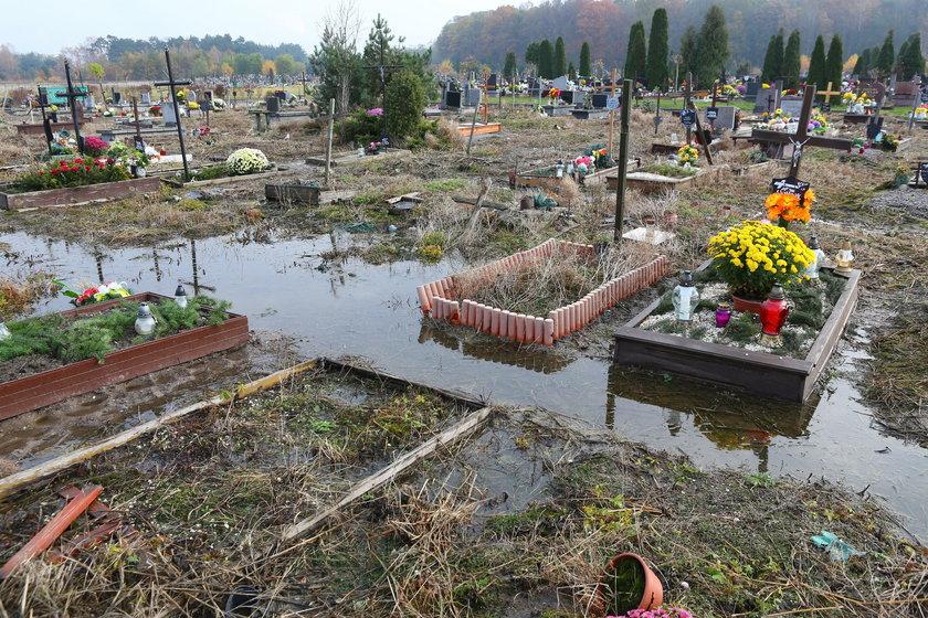 W Gadce Starej na cmentarzu po ulewach groby toną w wodzie
